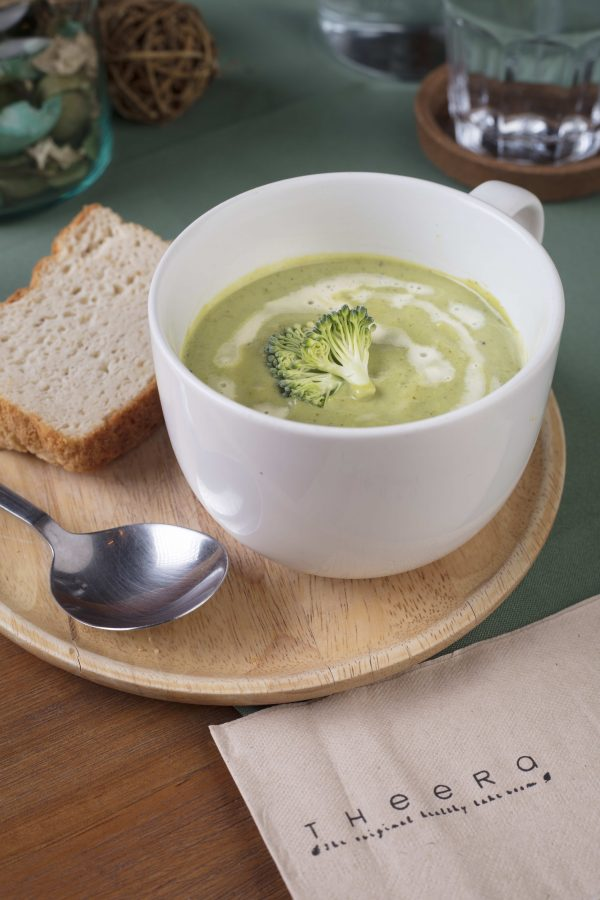 broccoli soup with white bread